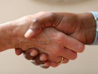 Zwei ineinandergreifende Hände
