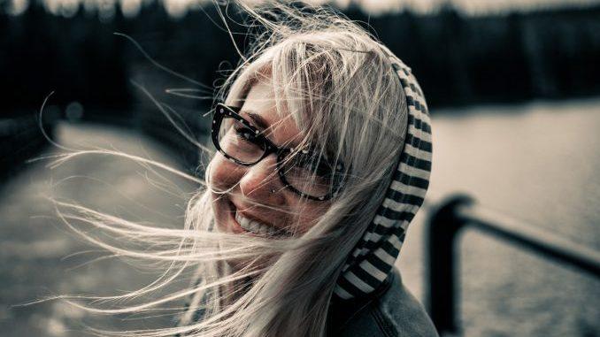 Frau mit positiver Attitüde
