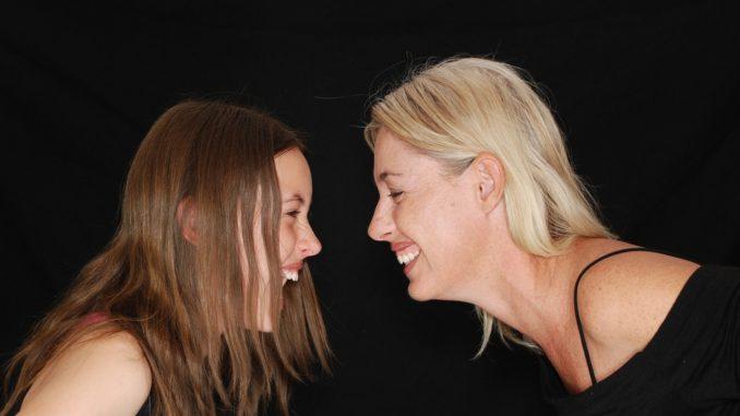 Zwei herzhaft lachende Frauen