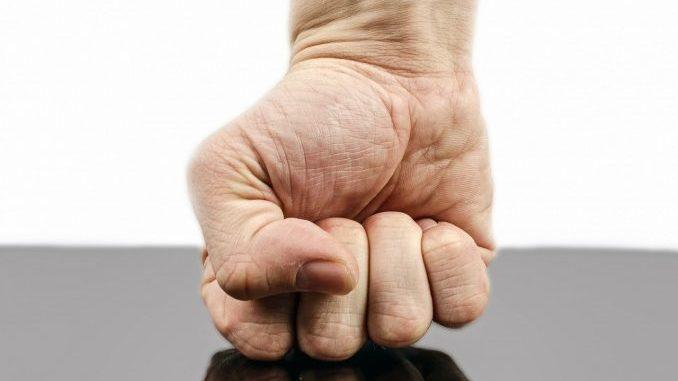 Im Zorn zur Faust geballte Hand