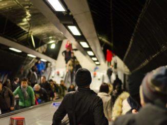 Menschen in der Rush Hour auf Rolltreppen einer U-Bahn