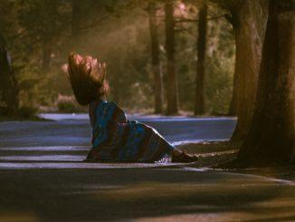 Traurige Frau in Decke gehüllt