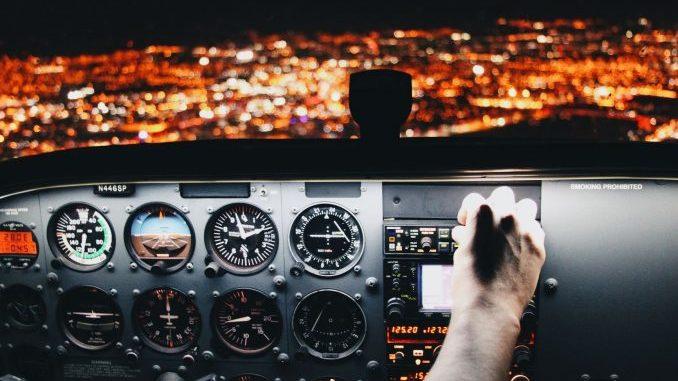Piot in Flugzeugcockpit