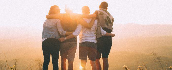 Gruppe von Menschen, Arm in Arm