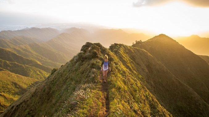 Laufende Frau auf Bergpfad