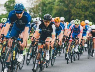Pulk von mehreren Rennradfahrern