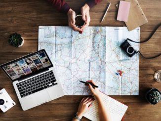 Zwei Menschen auf einer Landkarte planendn