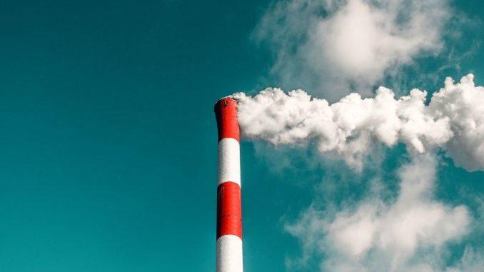 Rauchender Industrieschornstein