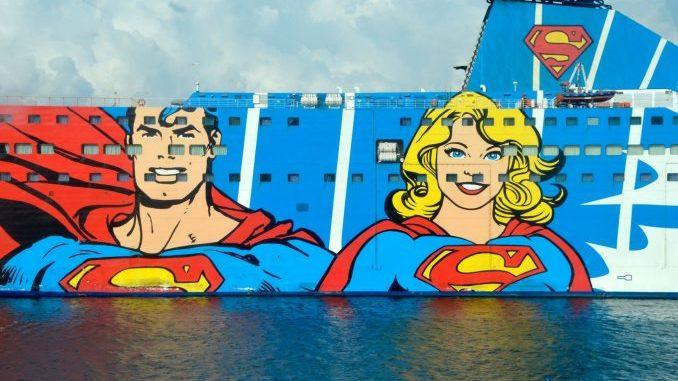 Luxusschiff mit Bild von Superman und Superwoman auf dem gesamten Schiffsrumpf