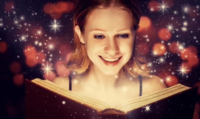 Frau, die verzaubert ist von einem Buch