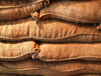 aufeinander gestapelte Kaffeesäcke