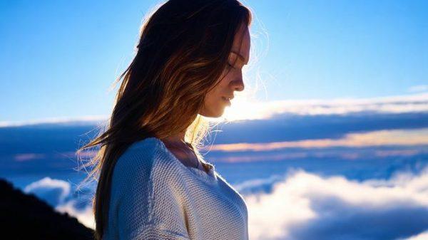 Engelsgleiche Frau mit Wolken im Hintergrund