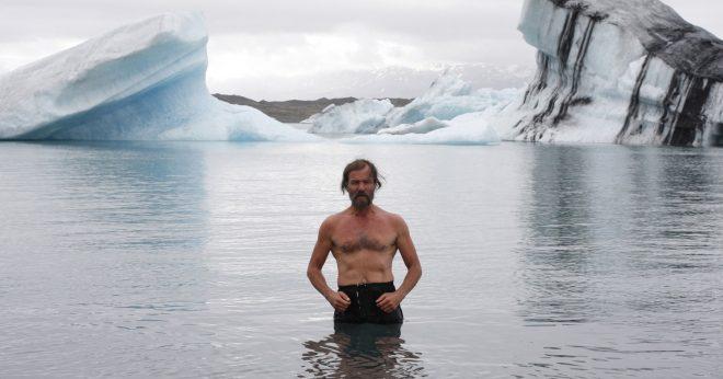 Mann in Eismeer badend