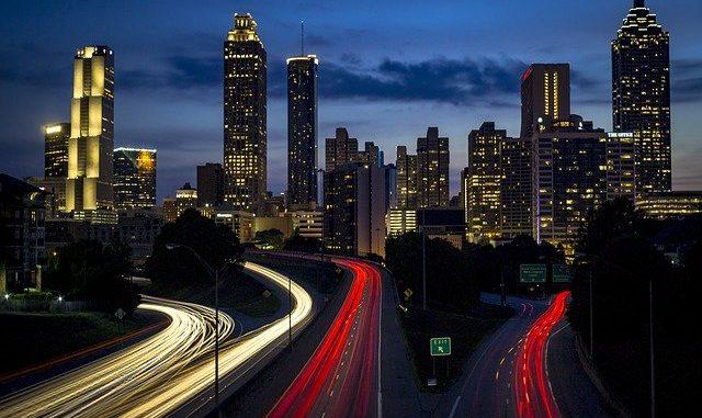 Langzeitbelichtete Aufnahme abendlichen Verkehrs in einer Metropole