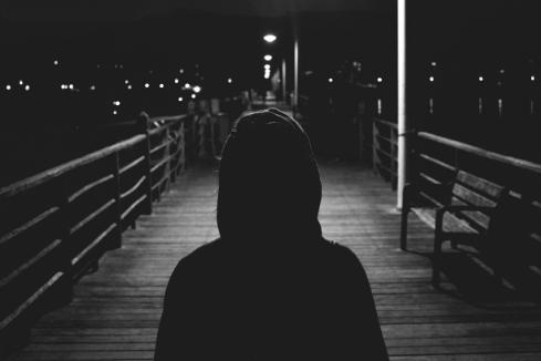 Gestalt mit Kapuzenpulli im Dunkeln
