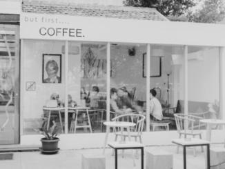 Blick in ein Cafe mit Gästen