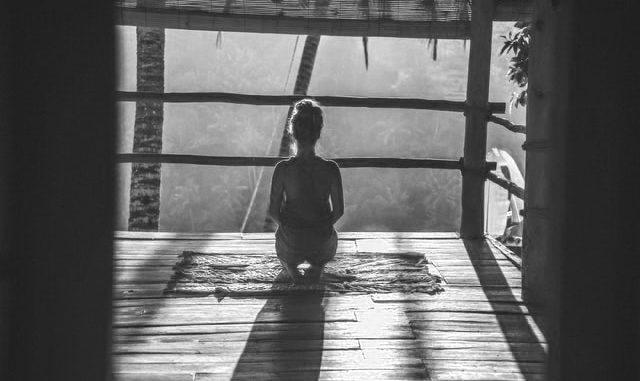 meditierende Frau im Morgenlicht