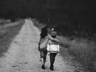 Zwei befreundete Kinder, Arm in Arm