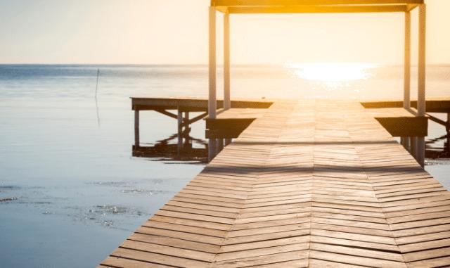 überdachter Steg am See