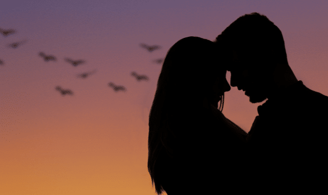 Liebespaar mit Vögeln im Hintergrund