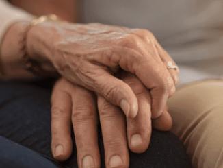 Ineinanderliegende Hände zweier alter Menschen