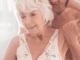 Älteres Paar, was sich körperlich nah ist