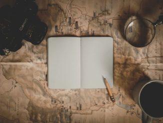Landkarte mit aufgeschlagenem Tagebuch