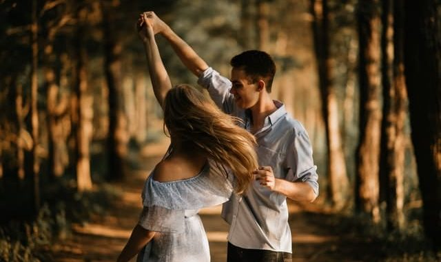 im Wald tanzendes Paar