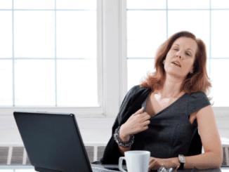Frau in den Wechseljahren mit Hitzwallung